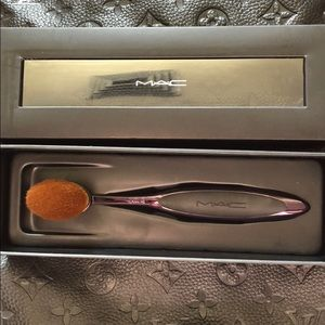 MAC Oval 6 Brush. Brand new in box. Never used.